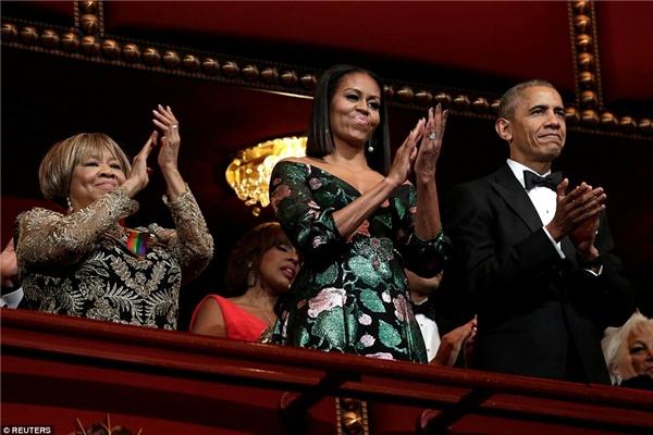 Đứng cạnh bà Obama trong bộ đầm lộng lẫy không kém chính là ca sĩ thánh ca Mavis Staples.