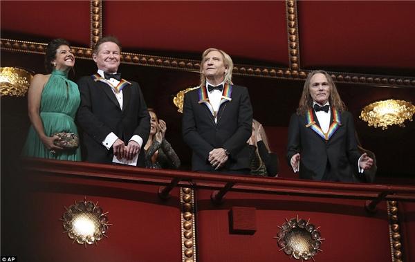 Thành viên Joe Walsh của ban nhạc The Eagles (giữa), bên trái là Don Henley và bên phải là Timothy Schmit