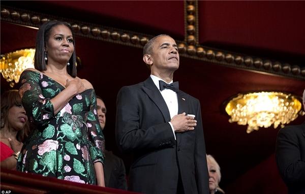 Trước khi lễ trao giải diễn ra, ông bà Obama và cả khán phòng đã tiến hành nghi thức chào cờ và hát Quốc ca.