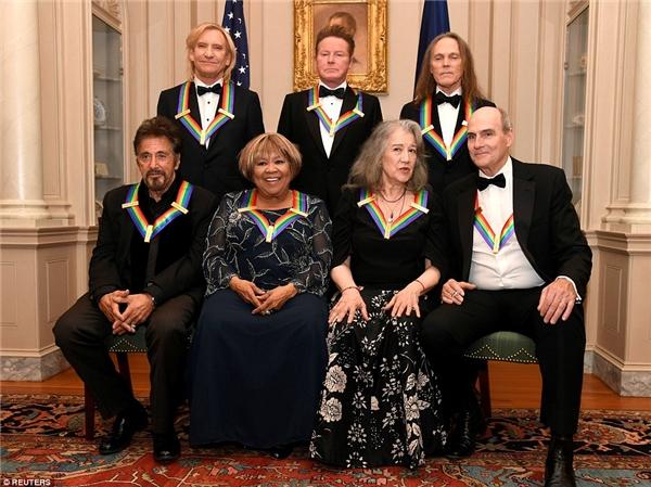 Những nghệ sĩ được vinh danh cùng nhau chụp ảnh kỷ niệm: Hàng trên từ trái sang: Joe Walsh, Don Henley và Timothy B. Schmit; hàng dưới từ trái sang: Al Pacino, Mavis Staples, Martha Argerich, James Taylor.