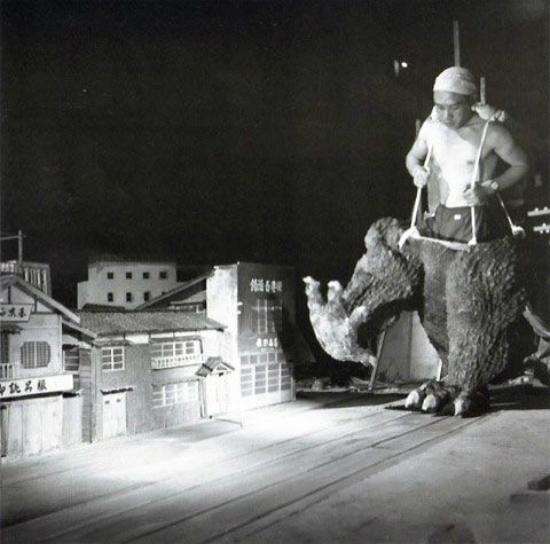 Tất cả khung cảnh khi King Kong và Godzilla xuất hiện đều là các mô hình nhà cửa được dựng lên.