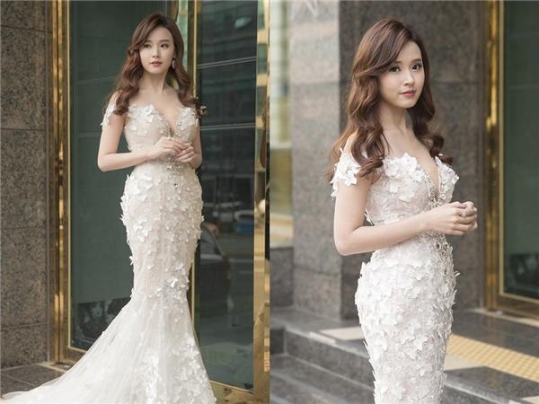 Trên thảm đỏ tại Hàn Quốc, Midu cũng không hề kém cạnh những đồng nghiệp tại quê nhà với thiết kế đuôi cá màu trắng tinh khôi, nhẹ nhàng. Phom váy được khai thác theo cấu trúc corset giúp tôn lên số đo 3 vòng nóng bỏng của nữ diễn viên.