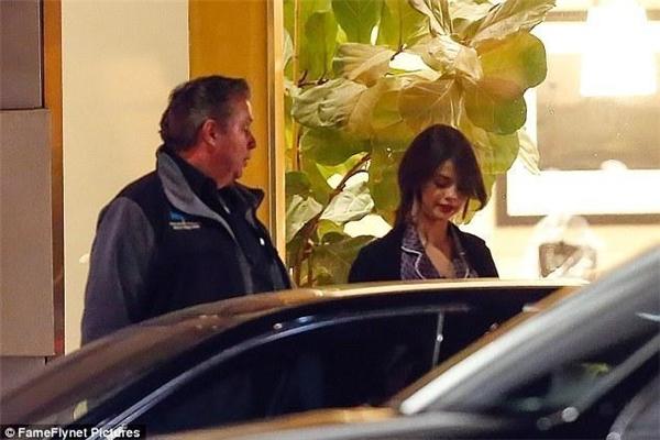 Tuy diện đồ ngủ nhưng Selena vẫn trông rất xinh và cuốn hút.