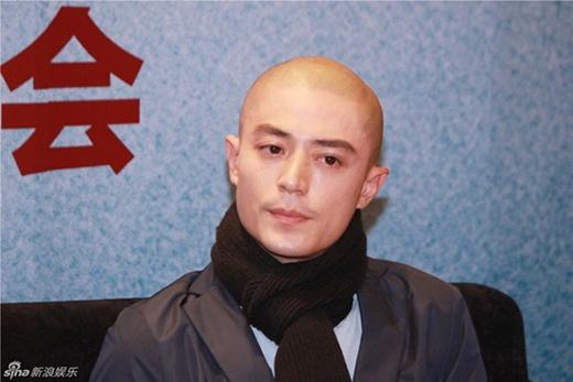 Hành động khó hiểu của Hoắc Kiến Hoa khi báo chí hỏi về scandal gần đây trong cuộc sống gia đình anh.