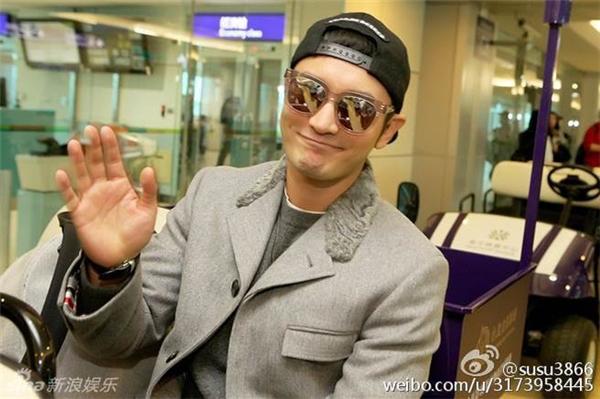 Huỳnh Hiểu Minh tươi cười vẫy chào cánh phóng viên khi xuất hiện tại sân bay Đài Loan.