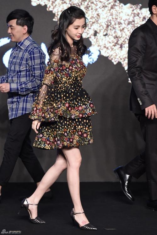 Nữ diễn viên xinh đẹp ngọt ngào trong những mẫu váy đẹp mắt.