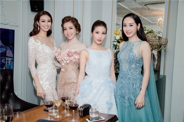 Tại sự kiện, Elly Trần hội ngộ nhiều sao nữ khác của showbiz Việt như: Diễm My, Khánh My... Ba nữ diễn viên tranh thủ chụp ảnh lưu niệm và trò chuyện về công việc, dự định sắp tới. Họ không quên chia sẻ cho nhau những kiến thức về làm đẹp, giữ gìn sắc vóc.