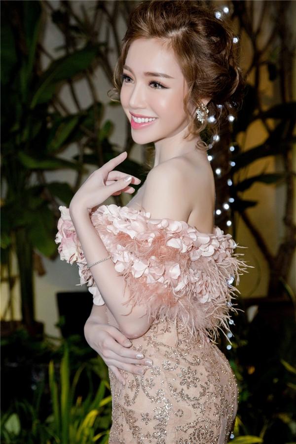 Sắp tới, nữ diễn viên xinh đẹp hứa hẹn xuất hiện nhiều hơn với vai trò diễn viên truyền hình với dự án Bến nước 13, đảm nhận vai chính cùng Thái Hòa, Trương Nam Thành.
