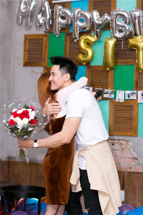 Sĩ Thanh suýt chạm môifan trong tiệc mừng sinh nhật - Tin sao Viet - Tin tuc sao Viet - Scandal sao Viet - Tin tuc cua Sao - Tin cua Sao