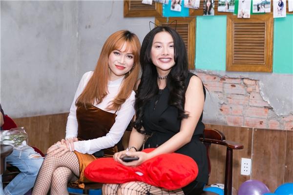 Bữa tiệc sinh nhật của Sĩ Thanh còn có sự góp mặt của các diễn viên trong series sitcom Chiến dịch chống ếlà Minh Anh, Yaya Trương Nhi và côbạn thân Mai Hồ. - Tin sao Viet - Tin tuc sao Viet - Scandal sao Viet - Tin tuc cua Sao - Tin cua Sao