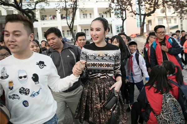Angela Phương Trinh cảm thấy vô cùng hạnh phúc và xúc động trước tình cảm của các bạn học sinh đã dành cho mình. - Tin sao Viet - Tin tuc sao Viet - Scandal sao Viet - Tin tuc cua Sao - Tin cua Sao