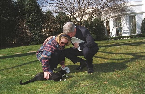 Còn đây là bức ảnh của bà Hillary và chiếc áo khoác gây sốt được chụp vào năm 1997 tại Nhà Trắng.