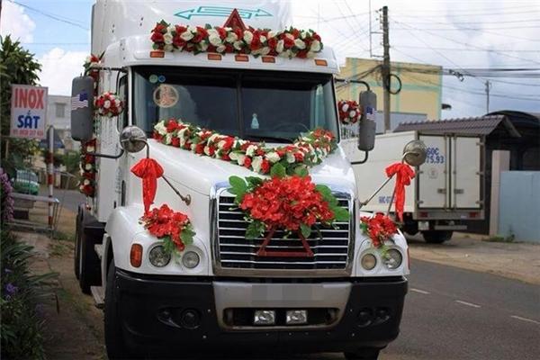 """Không ít có các đám cưới đã sử dụng cả đầu kéocontainer để làm xe hoa. Chú rể ngồi lái, cô dâu cầm hoa bên cạnh. Nghĩ thôi cũng thấy """"chất"""" rồi phải không các anh chị em.(Ảnh: Internet)"""