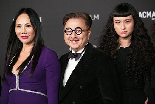Asia đi dự sự kiện cùng bố mẹ.