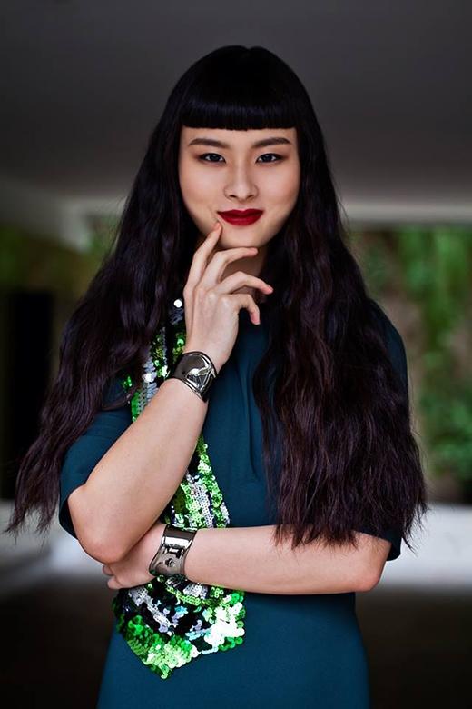 Với kiểu tóc lạ mắt cùng kiểu trang điểm cá tinh, Asiatrở nên thậtấn tượng.