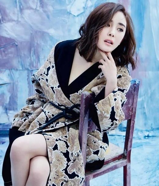 """Các fan hâm mộ nhất quyết ủng hộ thần tượng Dương Mịch. Cộng đồng mạng liên tục lên tiếng ngợi khen cô """"ăn đứt"""" Vương Âu."""