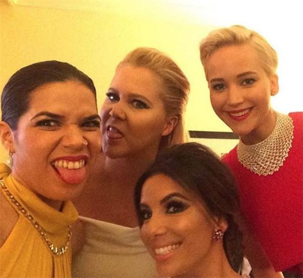 4 ngôi sao nổi tiếng của Hollywood gồm Jennifer Lawrence, America Ferrera, Amy Schumer, Eva Longoria cùng selfie trong hậu trường Lễ trao giải Oscar ngày 10/1.