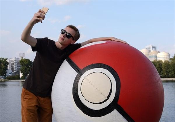 Hình ảnh selfie của một nam thanh niên với quả Pokeball khổng lồ ở Nga.