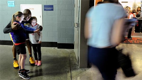 Siêu sao bóng rổ Kobe Bryant selfie cùng hai fan nhí ở Houston hồi đầu tháng 4.