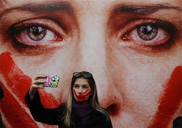 Cô gái selfie trong biểu tình chống tệ nạn hiếp dâm và bạo hành tình dục phụ nữ ở thành phố Sao Paulo, Brazil. Cuộc biểu tình diễn ra sau sự việc đáng tiếc của một nữ sinh 16 tuổi bị hiếp dâm tập thể ở Rio de Janerio.
