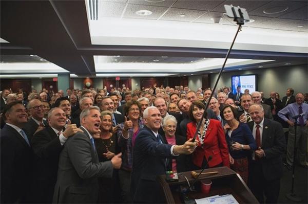 """Hình ảnh phó tổng thống Mike Pence selfie với các nghị sĩ đảng Cộng Hòa bị """"ném đá"""" khi có toàn người da trắng, thiếu sự đa dạng sắc tộc."""