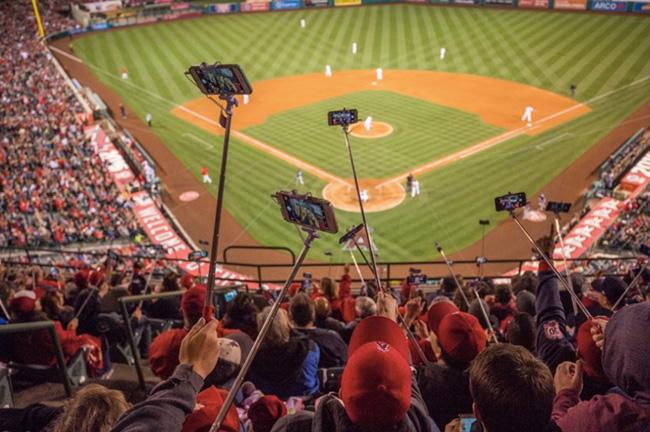 """Bức ảnh ghi lại khoảnh khắc """"lịch sử"""" khi hàng ngàn cây gậy selfie được các cổ động viên bóng chày ở Los Angeles, Mỹ giơ lên cùng lúc. Thậm chí số lượng người cùng lúc sử dụng gậy chụp ảnh nhiều đến mức đã lập kỉ lục Guinness thế giới."""