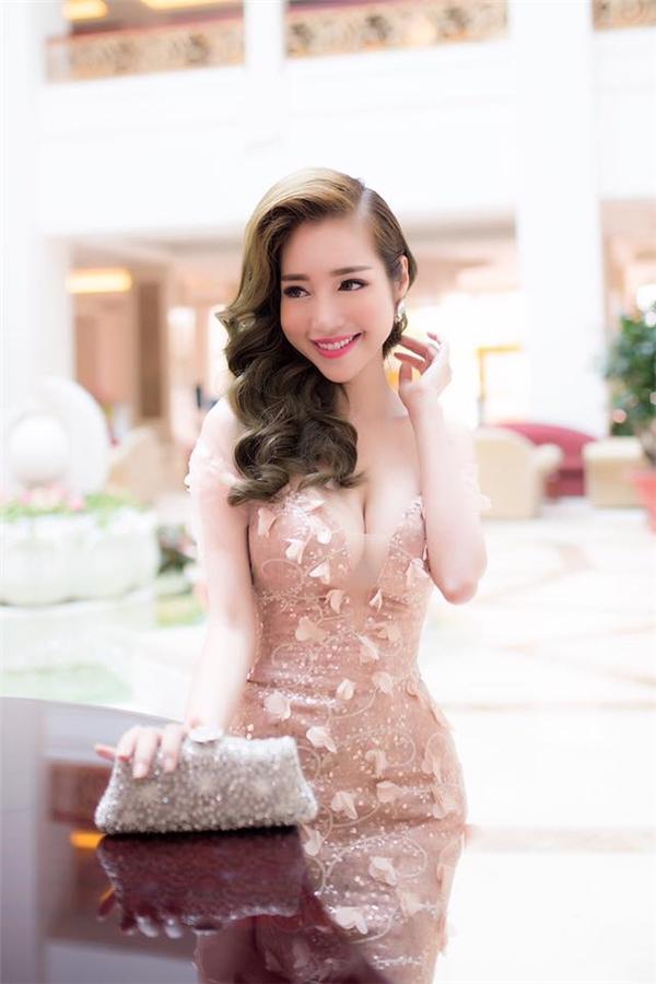 So kè về độ gợi cảm khi diện váy đuôi cá, khó ai có thể soán ngôi Elly Trần ở hiện tại.