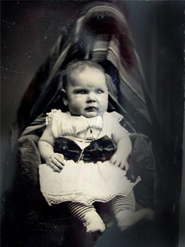 Người mẹ trùm khăn - trào lưu chụp ảnh rùng rợn thời Victoria