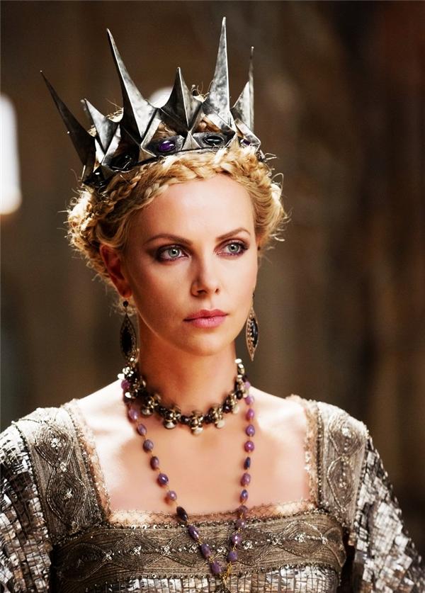 Ravenna (Charlize Theron) - Snow White & The Huntsman: Với sắc đẹp lộng lẫy, siêu phàm và thần thái uy nghi ngút trời như thế này, hà cớ gì Hoàng hậu Ravenna phải ghen tị trước sắc đẹp của nàng Bạch Tuyết? Dù có ở đâu, Hoàng hậu vẫn là người xinh đẹp nhất thế gian.
