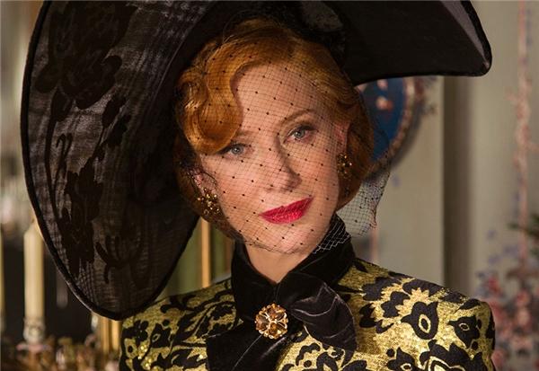 Phu nhân Tremaine (Cate Blanchett) - Cinderella: Có thể Dì Ghẻ là người vô cùng độc ác, luôn đem chuyện hành hạ nàng Lọ Lem làm thú vui, nhưng khi nhìn vào tấm nhan sắc ấy, nhìn vào những váy vóc lụa là và tấm thân yêu kiều ấy, ai có thể ghét được Dì đây? Có trách là trách Lọ Lem đã quá ngây thơ và non nớt trước cuộc đời mà thôi.