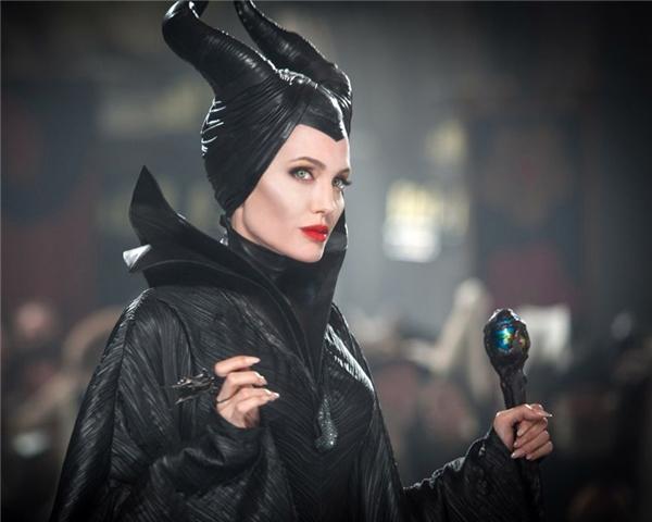 Maleficent (Angelina Jolie) - Maleficent: Dù tạo hình có vẻ quá đáng sợ đối với trẻ con, nhưng không thể phủ nhận ánh mắt sắc sảo, cặp gò má cao vút, đôi môi đỏ mọng hờn dỗi, cùng những lời thầm thì ngọt lịm ấy khiến cho khán giả phải tan chảy.