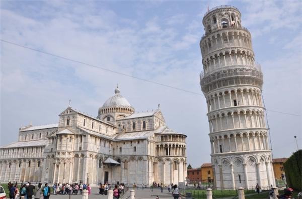 Mọi người đều biết về độ nghiêng của tháp Pisa nhưng không ai biết rõ về lịch sử xây dựng của nó. Các nhà sử gia đồng tình cho rằng người đã tạo ra công trình độc đáo này là Bonanno Pizano. Tuy nhiên, cũng có nhiều ý kiến lại cho rằng Diotisalvi – người đã thiết kế nhà rửa tội nằm kế bên tòa tháp mới là tác giả bởi cả hai công trình được xây với phong cách tương tự nhau.