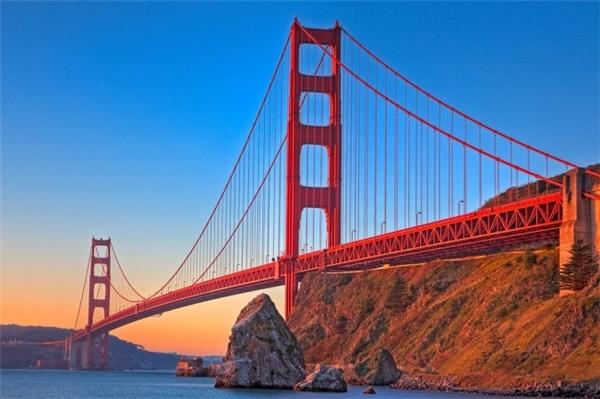 Cầu Cổng Vàng (Golden Gate Brigde) khi được cấp phép, đơn vị xây dựng muốn cây cầu được sơn sọc đen – vàng để có thể quan sát được dễ dàng ngay cả khi có sương mù. Nhưng cuối cùng người kiến trúc sư xây dựng cầu, Irving Morrow đã thuyết phục quân đội sơn màu cam đậm. Màu này không chỉ giúp công trình được nhìn thấy rõ ràng trong mọi thời tiết mà còn có vẻ ngoài hấp dẫn hơn.