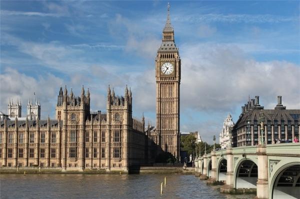 Trên thực tế Big Ben chỉ là tên quả chuông lớn nhất trong tòa tháp Elizabeth – nhằm vinh danh nữ hoàng Anh Elizabeth Đệ Nhị mà thôi. Hiện nay, không ai biết chắc rằng tại sao quả chuông ấy lại có tên là Big Ben. Nhưng có một giả thuyết cho rằng cái tên này được đặt theo người quản lí xưởng đúc chuông, và cũng có ý kiến phỏng đoán khác là nó được đặt tên theo Benjamin Count, một nhà vô địch đấm bốc hạng nặng.