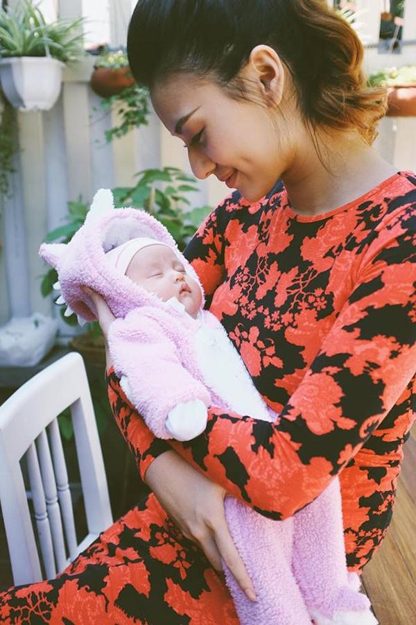 Cách đây chưa lâu, Hồng Quế đã hào hứng chia sẻ hình ảnh con gái Cherry trên trang cá nhân nhân dịp cô bé tròn một tháng tuổi, kèm theo dòng trạng tháicảm ơn con đã đến bên mình. - Tin sao Viet - Tin tuc sao Viet - Scandal sao Viet - Tin tuc cua Sao - Tin cua Sao