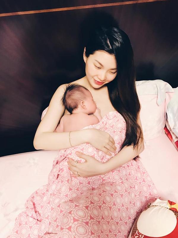 Trong thời gian đầu sau sinh, Diễm Trang chủ động giấu chân dung của con gái. Người đẹp chỉ chia sẻ một số hình ảnh chụp tay, chân bé. - Tin sao Viet - Tin tuc sao Viet - Scandal sao Viet - Tin tuc cua Sao - Tin cua Sao
