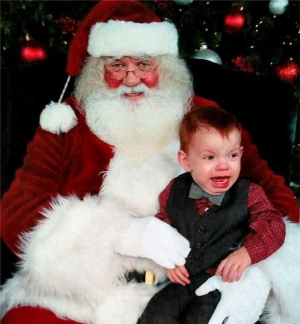 Có lẽ bé này sợ bộ râu của ông chăng?