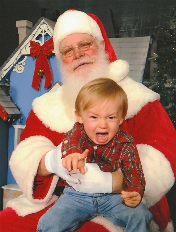 """""""Các người coi chừng đó, đây là Ông già Noel của tui!""""."""