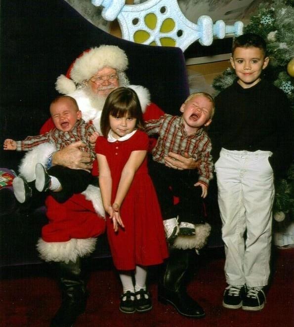 """Biểu cảm của Ông già Noel: """"Tui quá mệt mỏi với các cháu nhỏ""""."""
