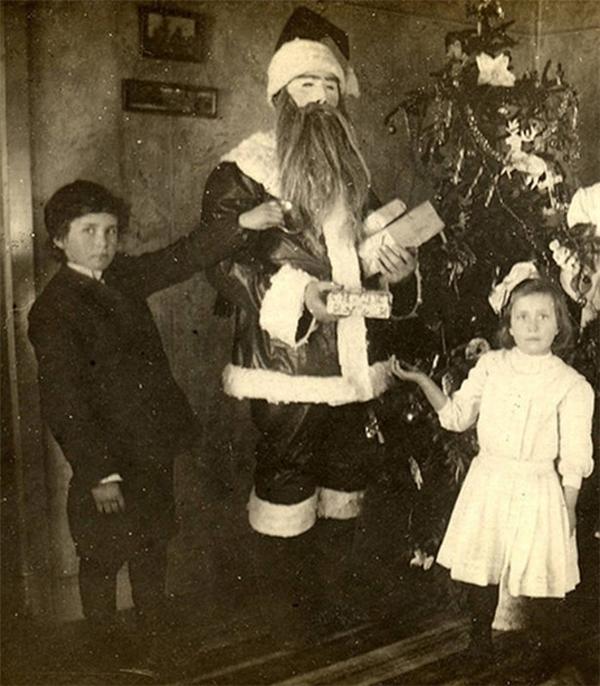 """Ông già Noel """"phá cách"""" một chút với bộ râu """"chất chơi""""."""