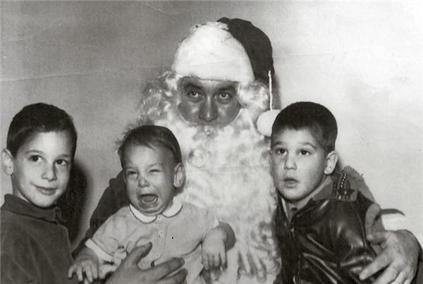 """Ông già Noel có vẻ """"đẹp trai"""" đấy, nhưng sao cháu nhỏ có vẻ không hài lòng?"""