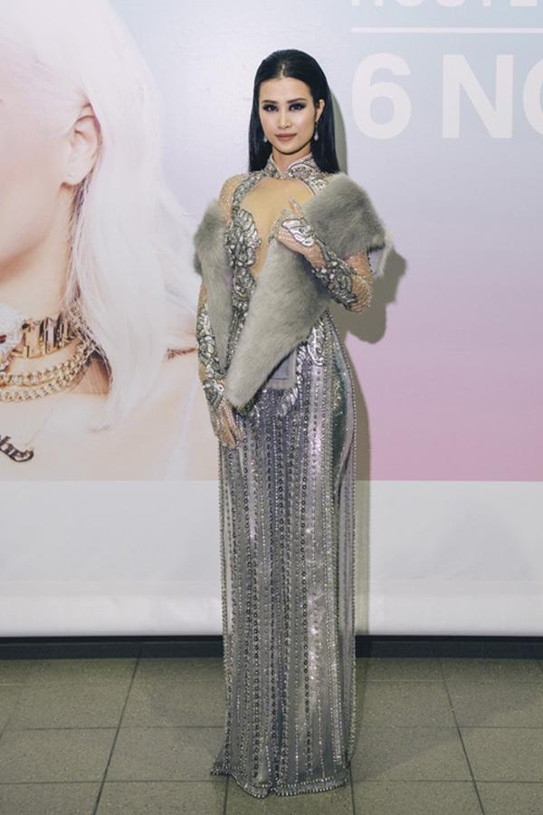 Đông Nhi diện áo dài trên nền chất liệu ánh kim nổi bật khi tham gia một sự kiện trao giải tại Hàn Quốc. Tổng thể trở nên mới lạ khi kết hợp cùng khăn choàng lông đặc trưng của mùa Thu - Đông.