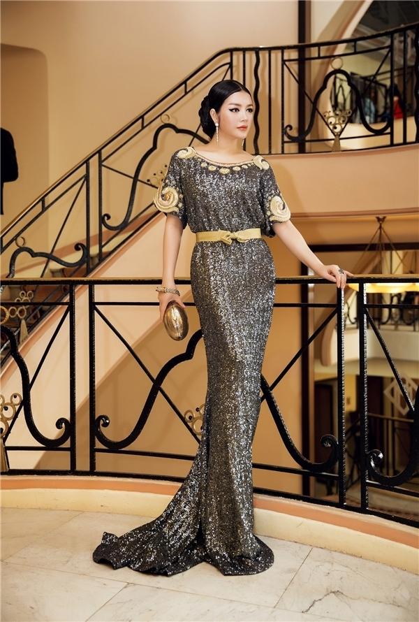 Lý Nhã Kỳ và phong cách quý cô quyền lực trong thiết kế dáng suông, ánh kim của một nhà mốt danh tiếng mà cô ưa chuộng.