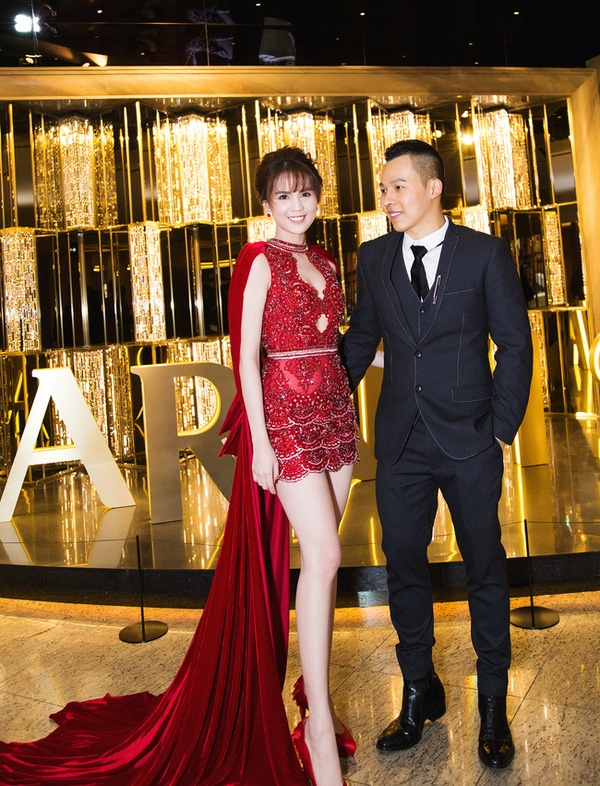 Đỗ Long liên tục giúp Ngọc Trinh tỏa sáng trên thảm đỏ tại Úc, Hàn Quốc với những bộ váy đính kết đá, cười kì công tạo họa tiết. Sắc đỏ, trắng đều là những tông màu dễ bắt sáng, giúp người mặc gây ấn tượng mạnh ngay từ cái nhìn đầu tiên.
