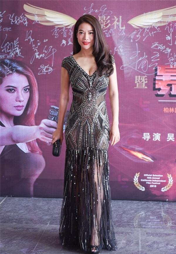 Trương Ngọc Ánh chọn mặt gửi vàng cho Công Trí với bộ váy trông như một bức tranh khi tham gia sự kiện tại Trung Quốc. Sắc đen giúp tôn lên vẻ quyền quý của nữ diễn viên.