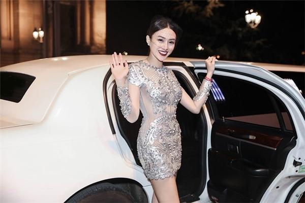 Ngọc Duyên và Lê Hà đọ sắc với hai bộ váy lấp lánh khi tham gia show diễn nội y danh giá nhất hành tinh Victoria's Secret.