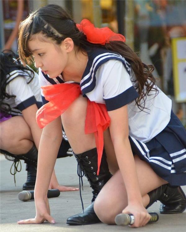 Mỗi khi trình diễn trước người hâm mộ, cô bé thường diện đồng phục học sinh với váy ngắn gợi cảm khoe chân thon.