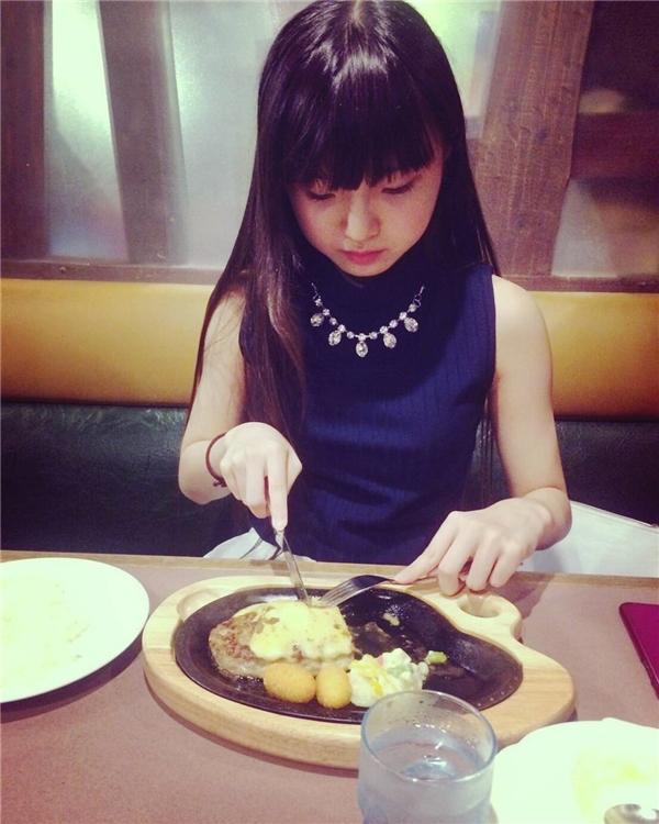 Bỏng mắt thần tượng Nhật 12 tuổi mặt học sinh, thân hình phụ huynh