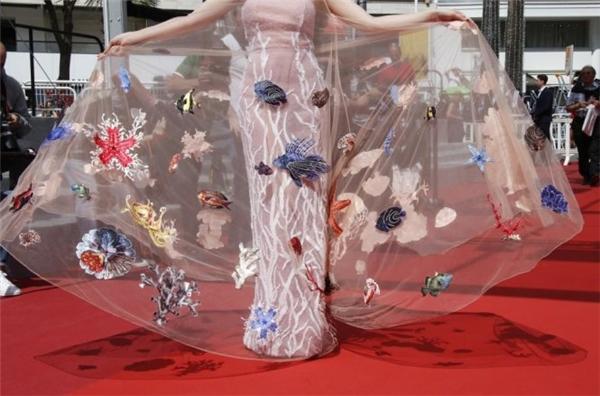 Bộ trang phục với họa tiết biển cả của Angela Phương Trinh từng gây ấn tượng mạnh trên thảm đỏ Cannes 2016. Ngay lập tức, thiết kế này lọt vào mắt xanh của nhà mốt Dolce and Gabbana và giúp cô xuất hiện trong chiến dịch quảng cáo của thương hiệu danh tiếng hàng đầu thế giới.