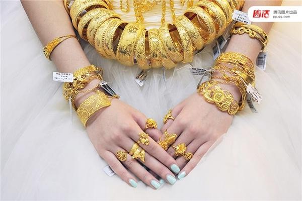 Trong một triển lãm đồ trang sức tổ chức tại Phú Châu năm 2014, trọn bộ nữ trang bằng vàng ròng dành tặng cho nàng Tân nương nàylên tới 35 kg.